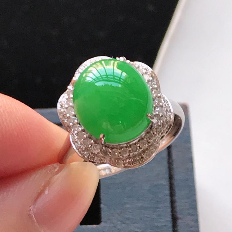 天然翡翠A货,18K金伴钻糯化种满色阳绿蛋面戒指,玉质细腻,颜色漂亮,上身高贵上档次,尺寸内径17.