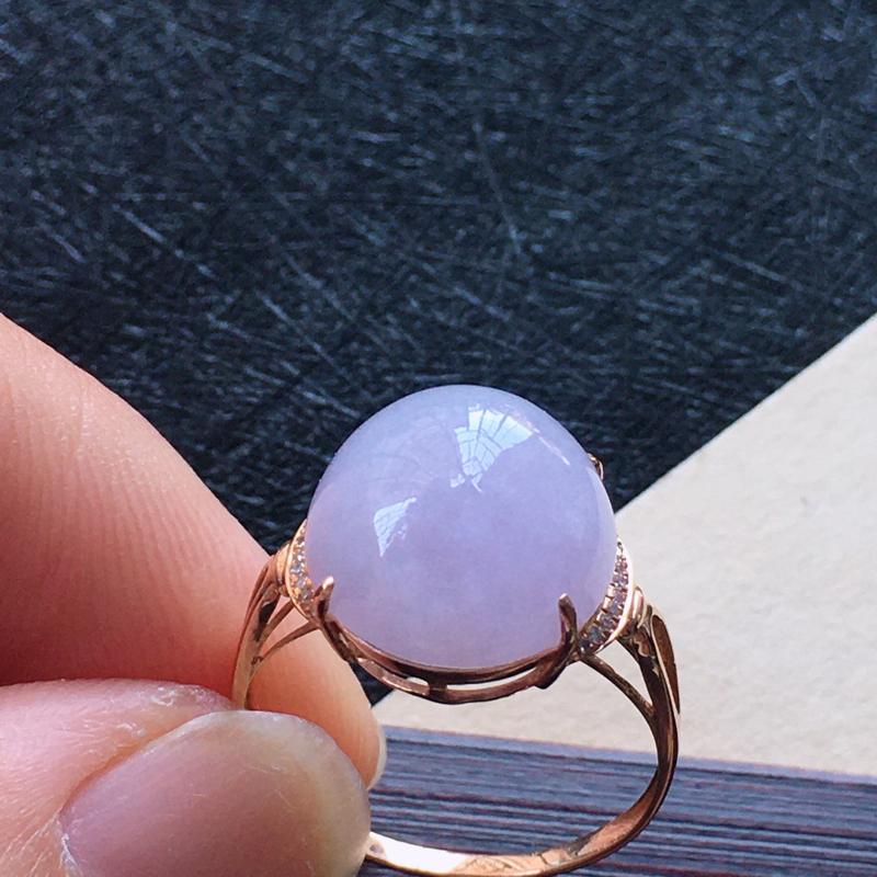 18K金伴钻镶嵌翡翠紫罗兰蛋面戒指,种水好玉质细腻温润。