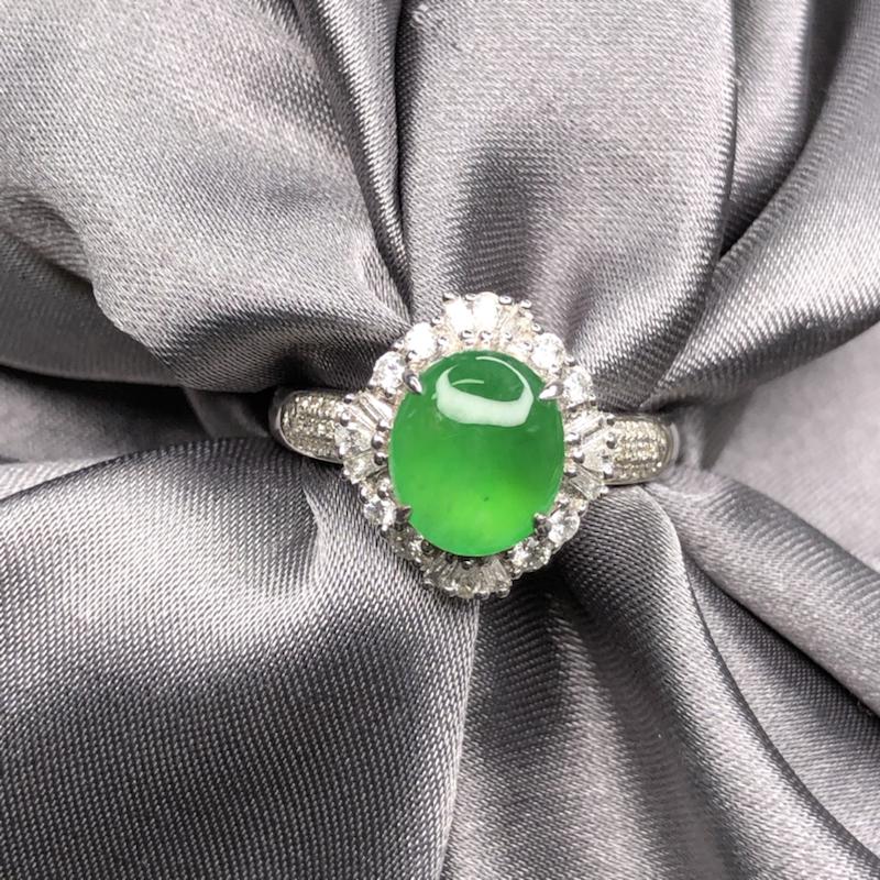 18k金豪镶嵌冰阳绿蛋面戒指,水润透亮,色阳亮丽,圆润饱满,实心戒臂质感舒服。整体尺寸:13.6*1