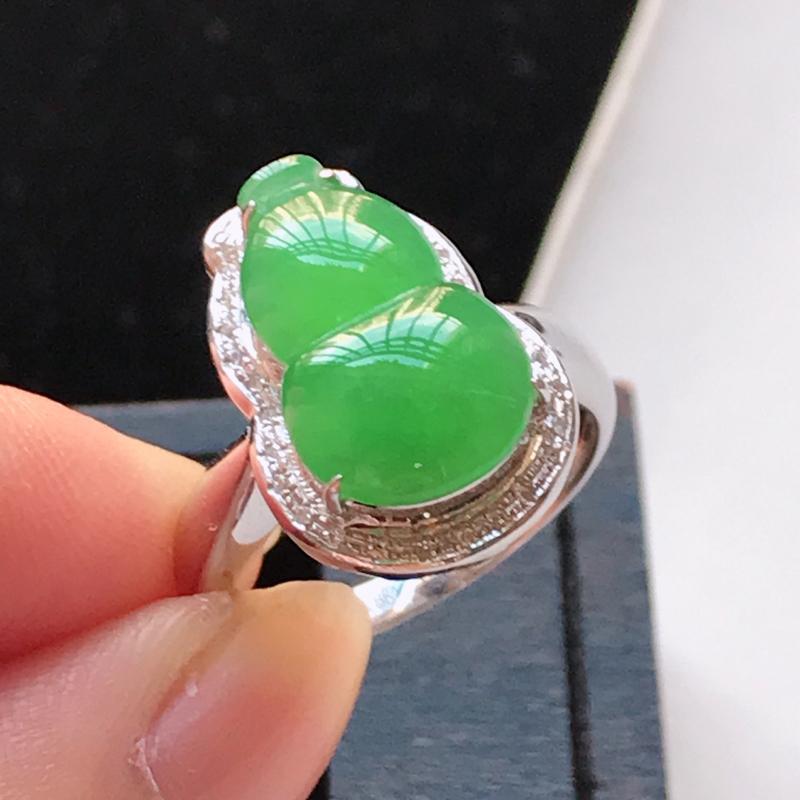 天然翡翠A货,18K金伴钻冰糯种水润满绿葫芦戒指,玉质细腻,颜色漂亮,上身高贵上档次,尺寸内径17.