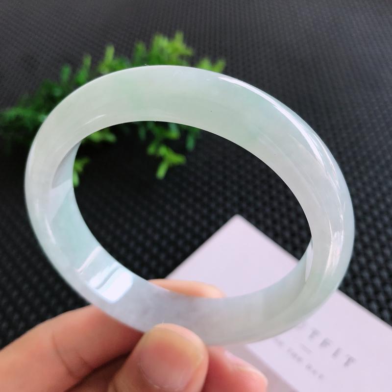 圈口: 58.5mm天然翡翠A货糯化种淡绿色正装手镯,尺寸58.5*13.3*7.7mm 玉质细腻,