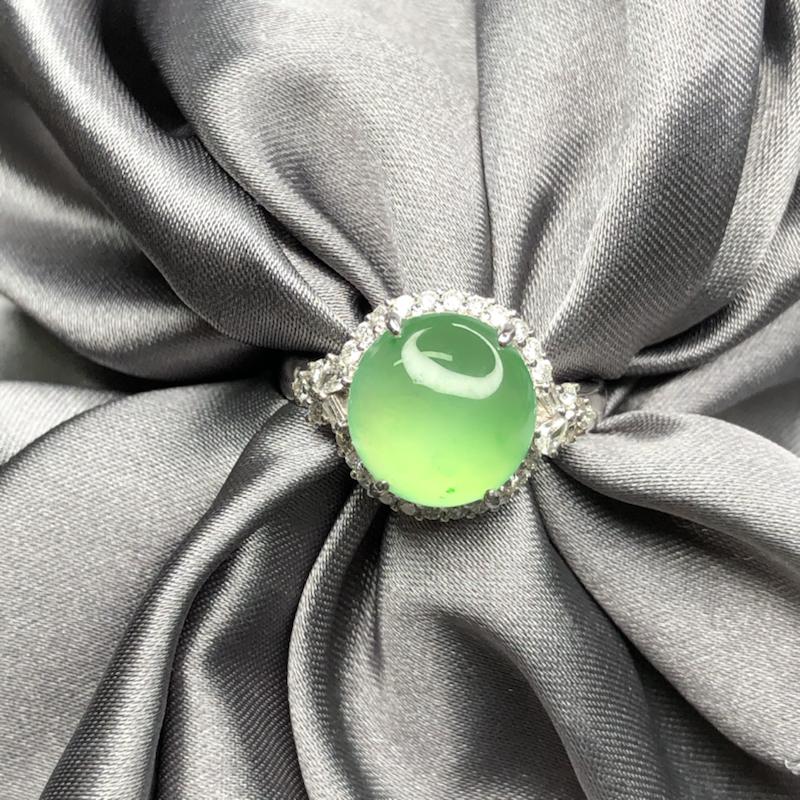 18k金豪镶嵌冰果绿大馒头蛋面戒指,冰透水润,圆润饱满,底子细腻,起胶起荧光,实心戒臂质感舒服,高贵