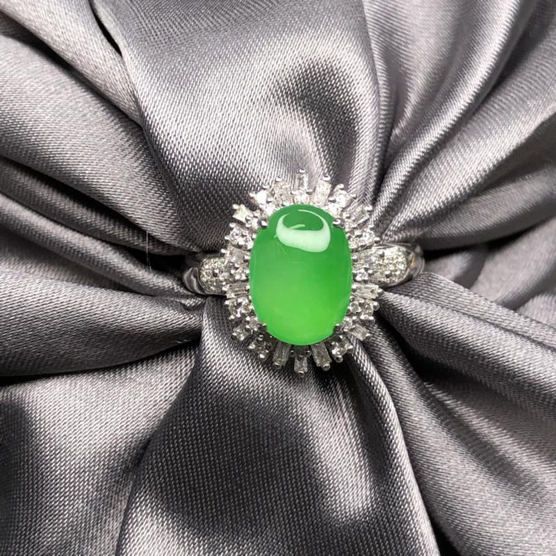 18k金豪镶嵌高冰阳绿蛋面戒指,底子细腻纯,,水润透亮,起胶起荧光,色阳亮丽,实心戒臂质感舒服。整体