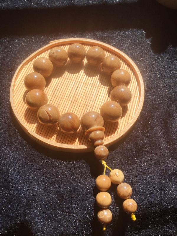 天然缅甸琥珀,根珀手串部分带溶洞,古香古色,典雅韵味,无纹裂。