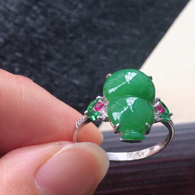 18K金伴钻镶嵌翡翠满绿葫芦戒指,种水好玉质细腻温润,颜色漂亮。