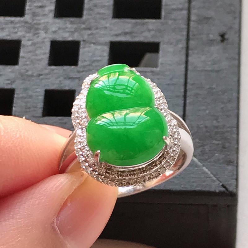 翡翠a货,18K金伴钻糯种满色辣绿葫芦戒指 玉质细腻,色美种足,上手高贵漂亮,尺寸内径17.2 裸石