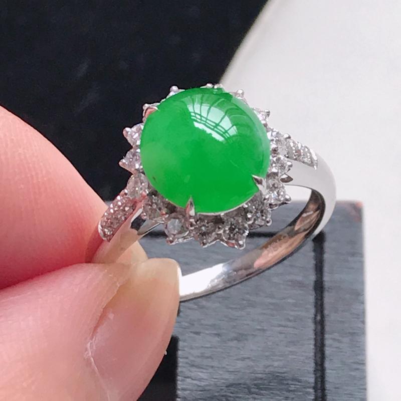 天然翡翠A货,18K金伴钻糯化种水润满色阳绿蛋面戒指,玉质细腻,颜色漂亮,上手高贵上档次,尺寸内径1