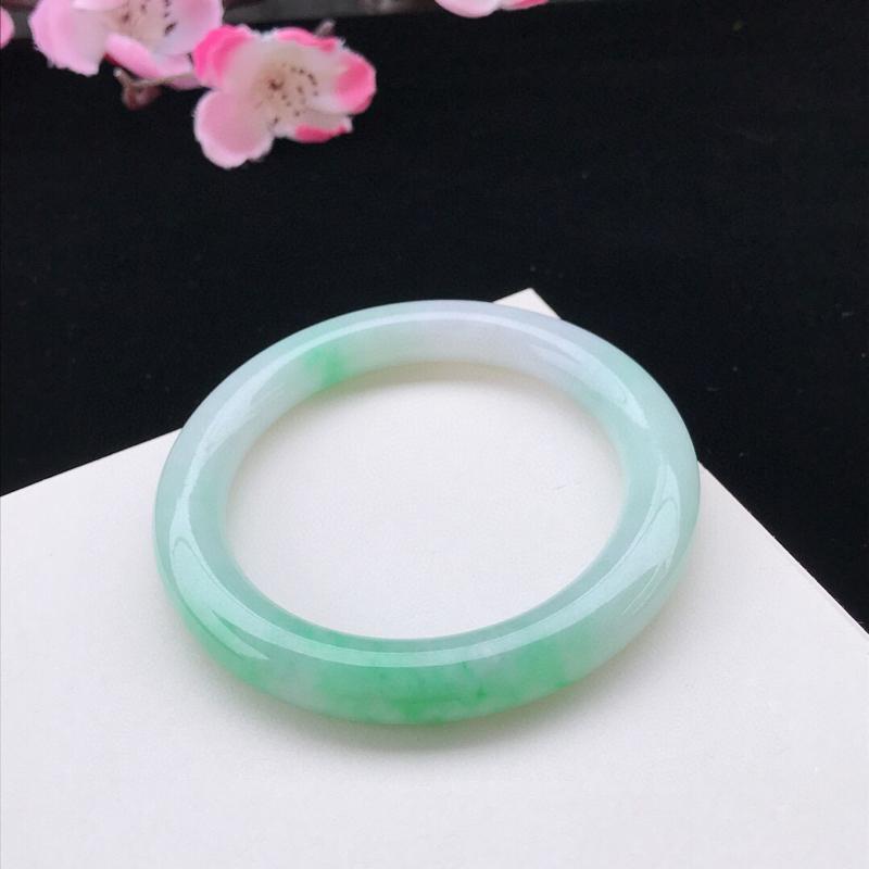 圈口:56.4mm天然翡翠A货糯化种浅绿圆条手镯,尺寸56.4-9.2-10.3mm,底子细腻,种水
