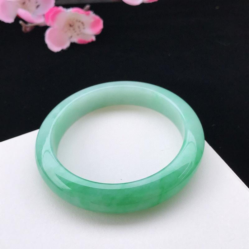 圈口:57.8mm天然翡翠A货糯化种水润浅绿正圈手镯,尺寸57.8-12.3-8.7mm,底子细腻,