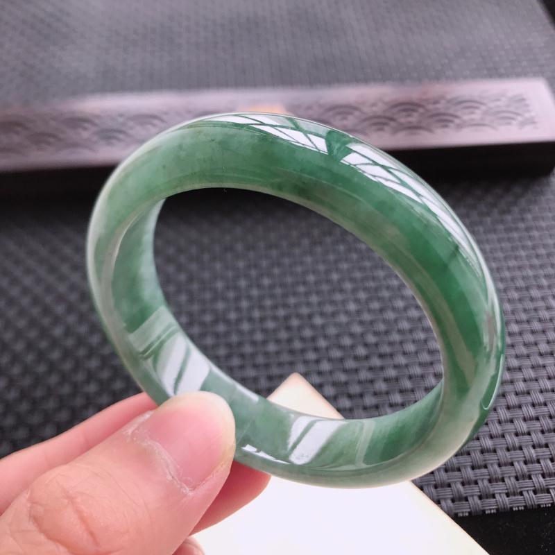 正圈53,缅甸天然翡翠好种手镯,尺寸 :53*12.6*9,玉质细腻水润 ,满色, 条形漂亮,上手好