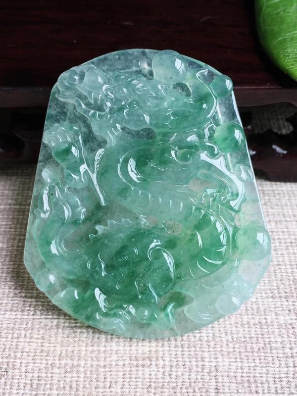A货翡翠冰糯种飘绿龙牌吊坠挂件,尺寸49.3/41.3/4.7mm,重量18.55g