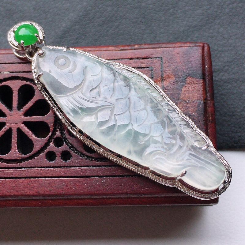 缅甸翡翠18K金伴钻镶嵌年年有余吊坠,玉质细腻,雕工精美,佩戴送礼佳品,包金尺寸:39*12.8*6