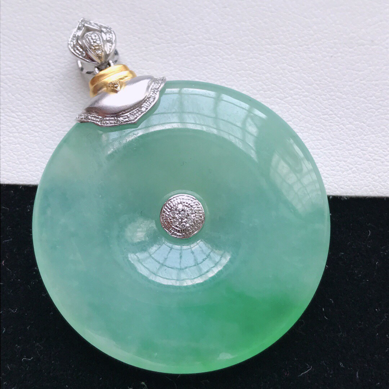 天然翡翠A货。冰糯种飘绿平安扣吊坠,镶金尺寸:45.7*34.6*6.4mm。裸石尺寸:34.6*6