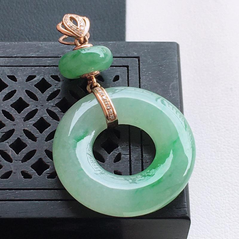 精品翡翠18k镶嵌伴钻玉扣吊坠,玉质莹润,佩戴效果更美,尺寸:裸石尺寸:22.3*4.1MM,总质量