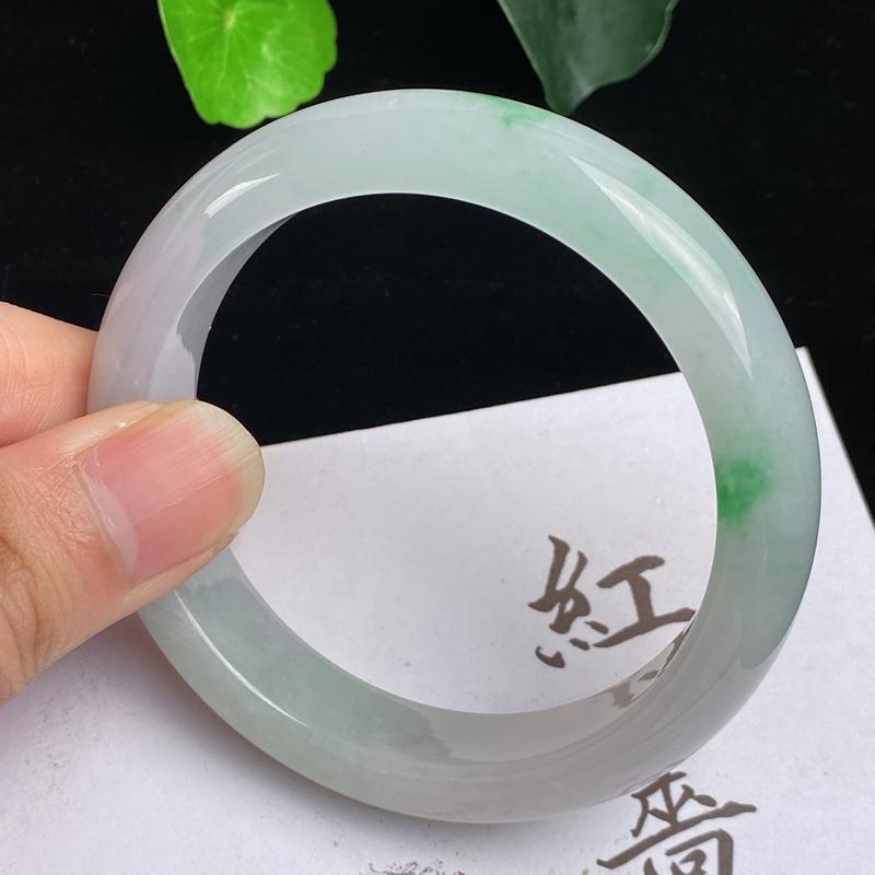 缅甸a货翡翠,水润飘绿正圈手镯56.2mm,玉质细腻,色彩艳丽,水润秀气,条形大方得体,佩戴效果好