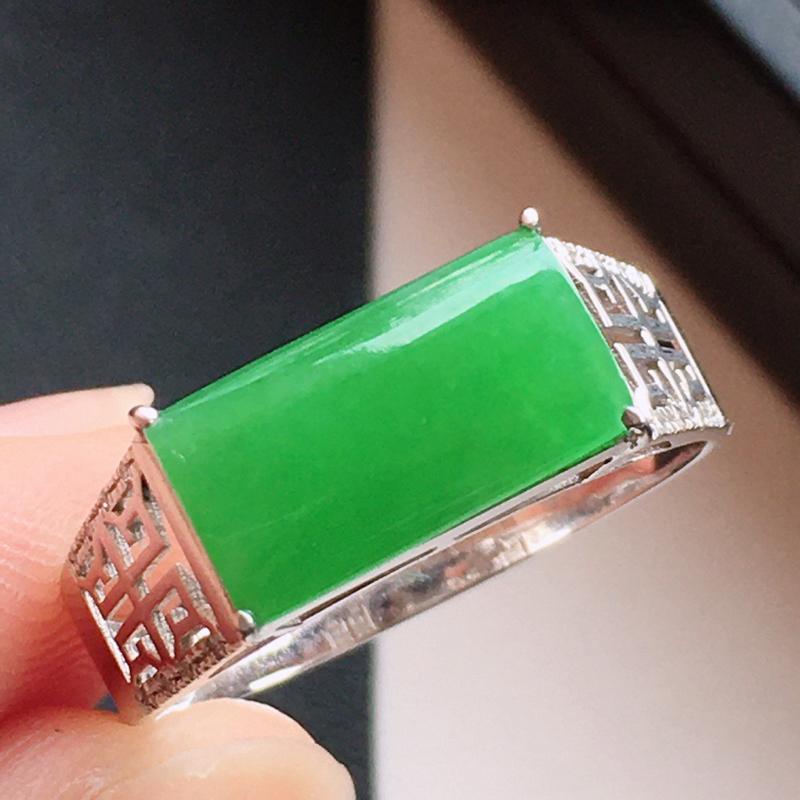 精品翡翠18k镶嵌伴钻戒指,玉质莹润,佩戴效果更美,尺寸:内径尺寸:18.2MM,裸石尺寸:6*11