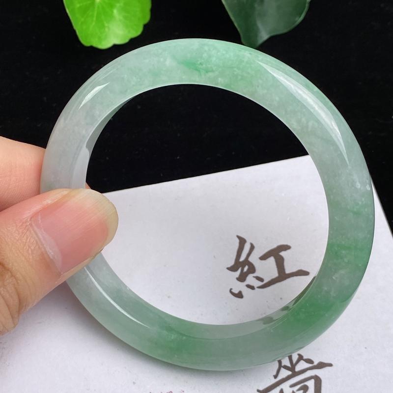 缅甸a货翡翠,水润飘绿正圈手镯54mm,玉质细腻,色彩艳丽,甜美清新,条形大方得体,佩戴效果好