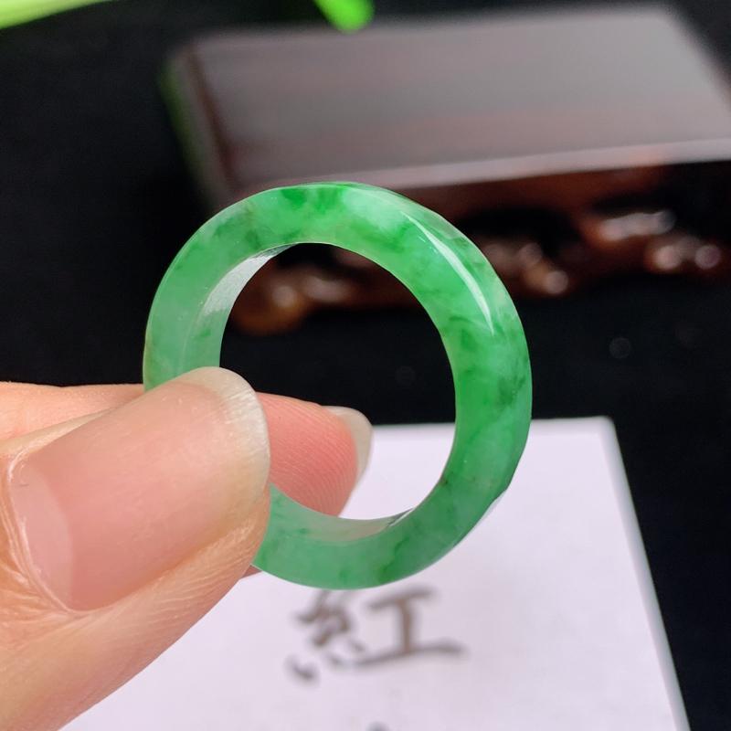 飘绿戒指  A货翡翠-种好飘绿戒指,尺寸-17.8*5.2*3.3mm
