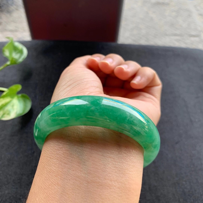 满绿正圈手镯,尺寸57.5*17*9 老种,纯净细腻,通透水润,颜色鲜艳,明丽动人,上手漂亮贵气显眼