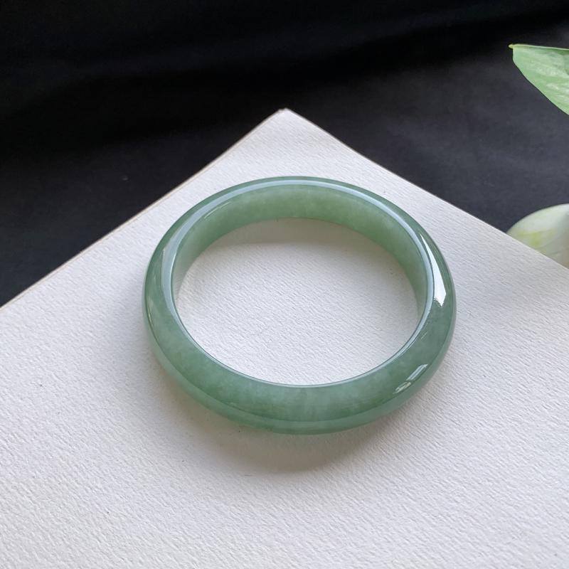油青正圈手镯,尺寸:52-10-6.6,细腻光滑,洁净无暇,色泽清新亮丽