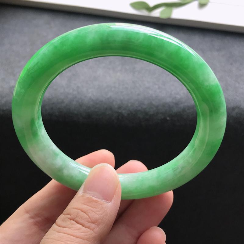 圈口:   55.2天然翡翠A货   豆种飘绿圆条手镯,尺寸: 55.2*10.3*9.9mm,玉质