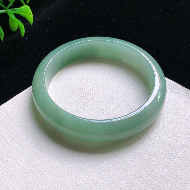 圈口:57.5mm 天然翡翠A货细腻浅绿宽边正装57-58圈口手镯,玉质细腻,水头好,无纹裂