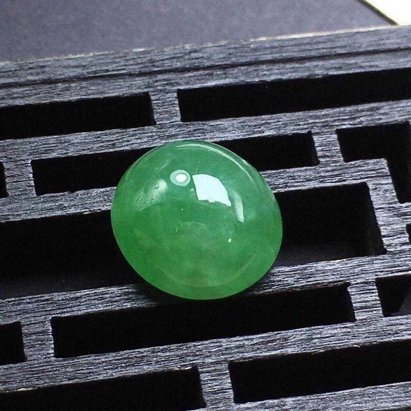 ️豆绿蛋面裸石,大个饱满,没有纹裂,色泽漂亮,干净起光,底子细腻。可镶嵌成吊坠或戒指。尺寸:12.