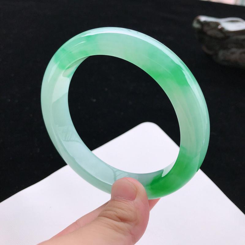 【圈口:58.5mm天然翡翠A货糯化种水润飘绿正圈手镯,尺寸58.5*12.6*9.2mm,玉质细腻,种水好,底色好,上手效果漂亮】图3