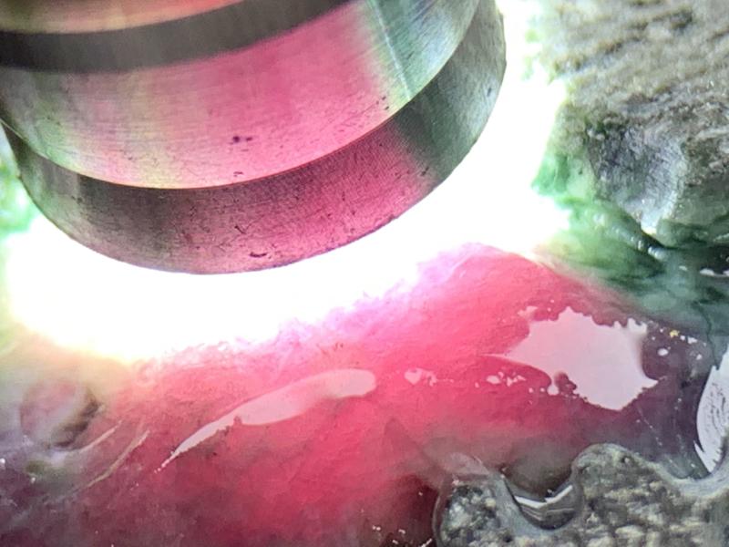极力推荐 矿区新货 莫湾基开窗罕见石榴紫料  全身沙质紧致细腻 有白雾表现 有手镯位 开窗位罕见石榴紫 色带 肉质细腻光感出色 赌石榴紫大蛋面 石榴紫色手镯 各种立体随型牌子 等 欢迎喜欢的翠友来询