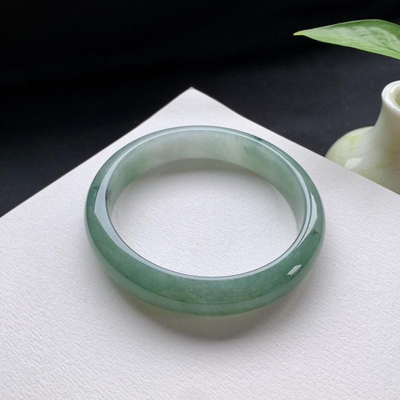 油青正圈手镯,尺寸:56.5-12.2-7,细腻光滑,洁净无暇,色泽清新亮丽