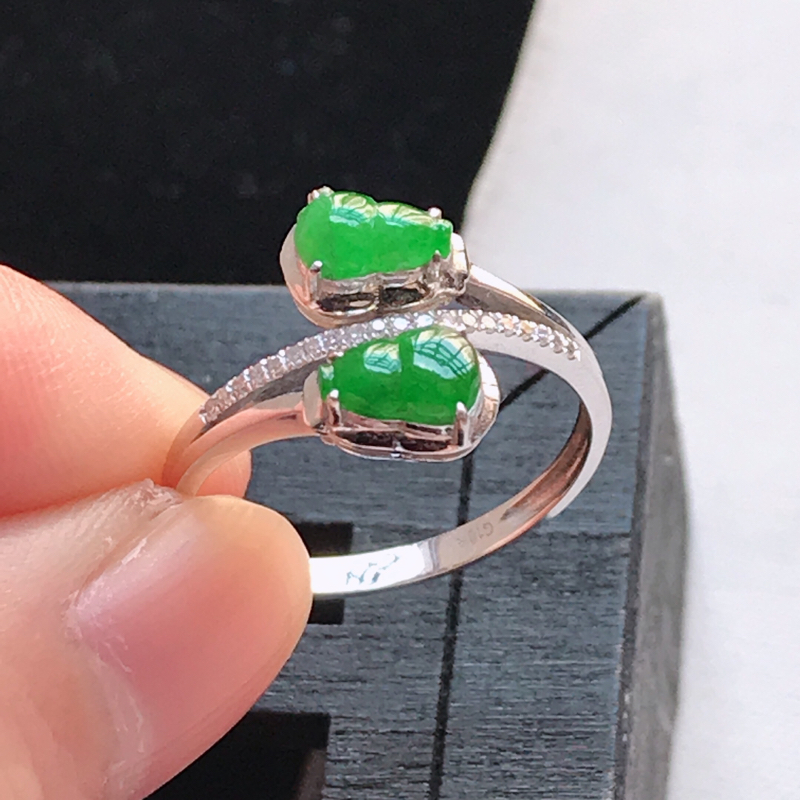 翡翠a货 18K金伴钻冰糯种水润满绿葫芦戒指,玉质细腻,色美种足 尺寸内径17.1,裸石6.3/4.
