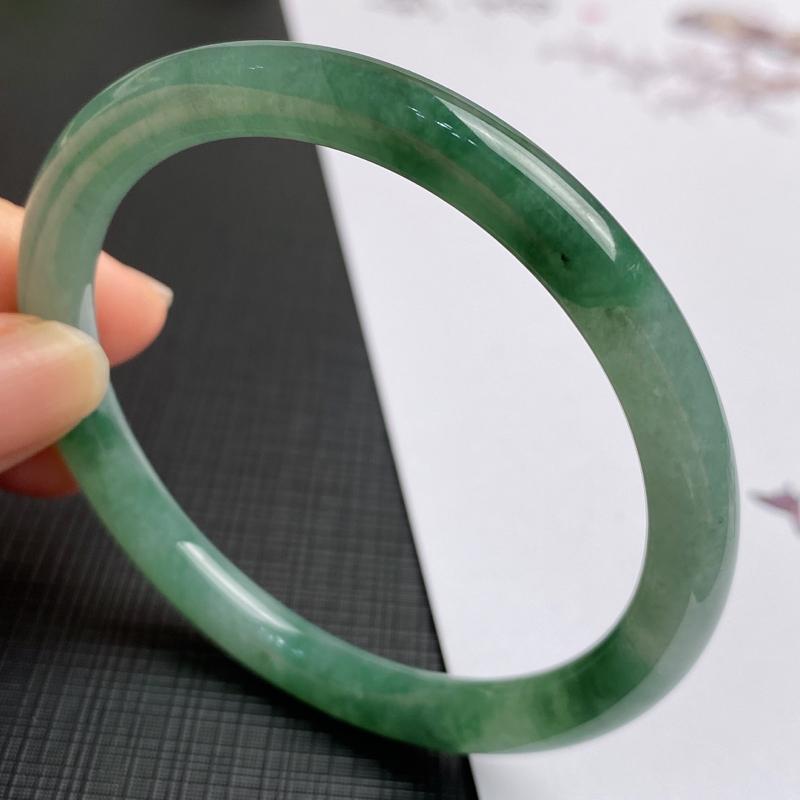 缅甸a货翡翠,水润飘绿圆条手镯56.1mm,玉质细腻,色彩艳丽,圆润流畅,条形大方得体,佩戴效果好