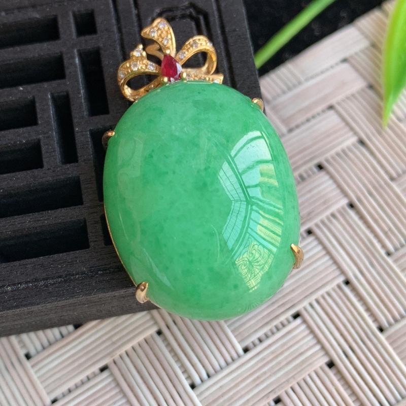 满绿翡翠蛋面吊坠  质地细腻,清秀高雅 款式大方经典,颜色鲜艳,沁人心脾,18k金伴钻打造   W0