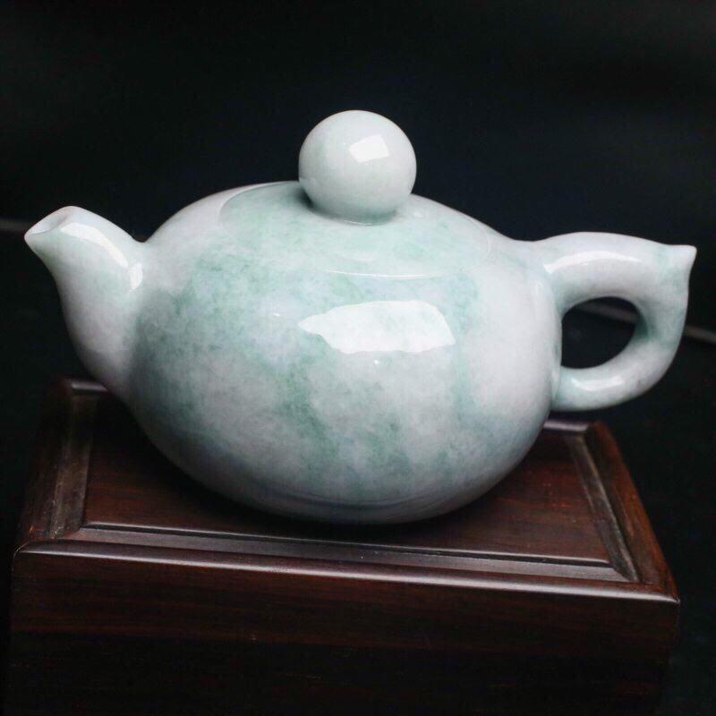 茶壶翡翠小摆件。手工雕刻,色泽清新,雕琢细致,壶身尺寸116.8*75.8*64.7mm,配送精美