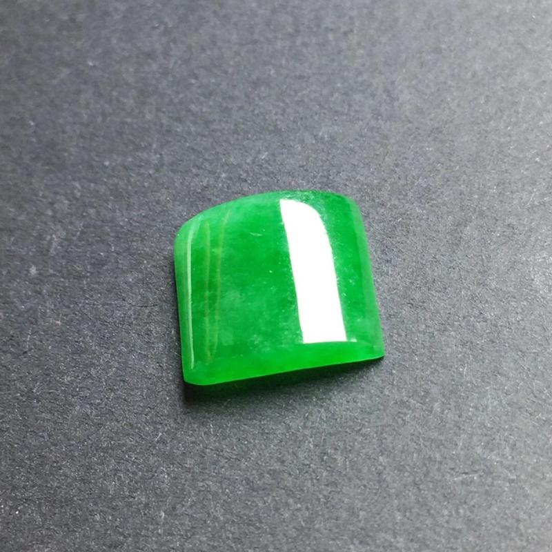 辣绿马鞍镶嵌件,底子细腻,色泽漂亮,干净起光,种老水足,可镶嵌成戒指。尺寸:10.6-9.6-3.