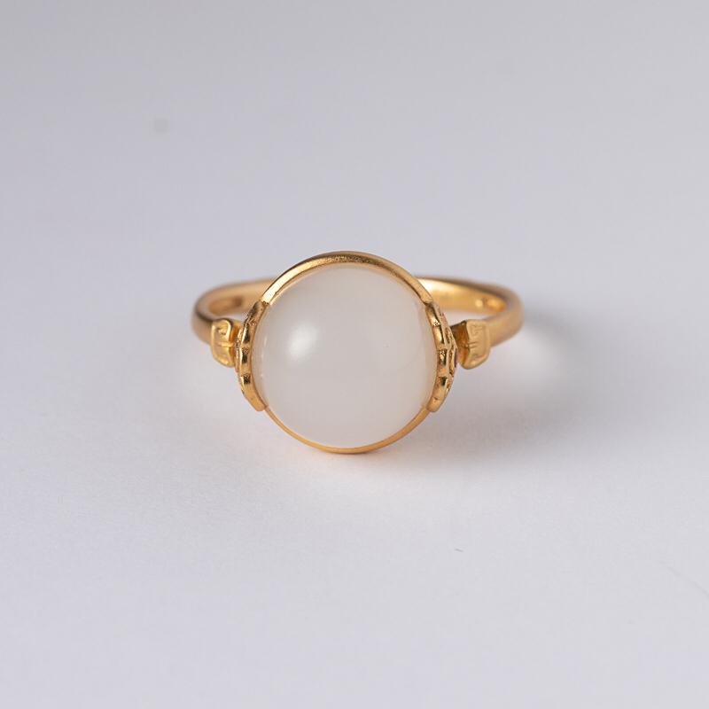 新疆和田玉新品戒指 本件作品看似简洁无华,但是由于设计师及工匠对黄金材质的熟悉,轻松流畅的技法将鸟巢