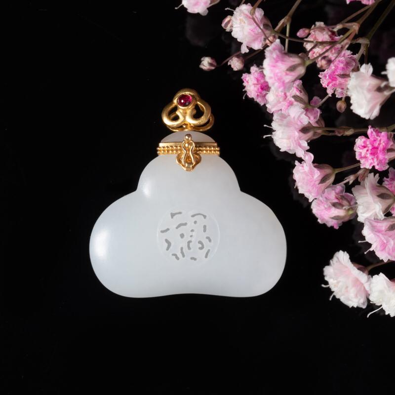 新疆和田玉香囊,18K金红宝石镶嵌,玉质莹润,香囊又名香袋、花囊,其质地种类很多。此件香囊为白玉质,