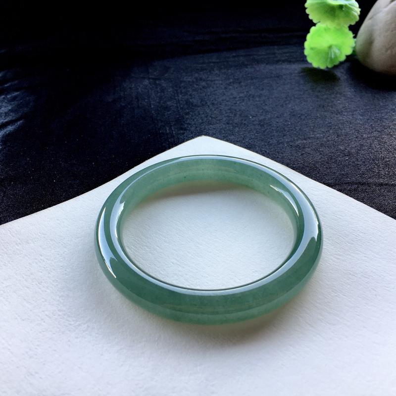 糯化种油青圆条手镯,53.6圈口,底子水润细腻,素雅清新,有裂纹