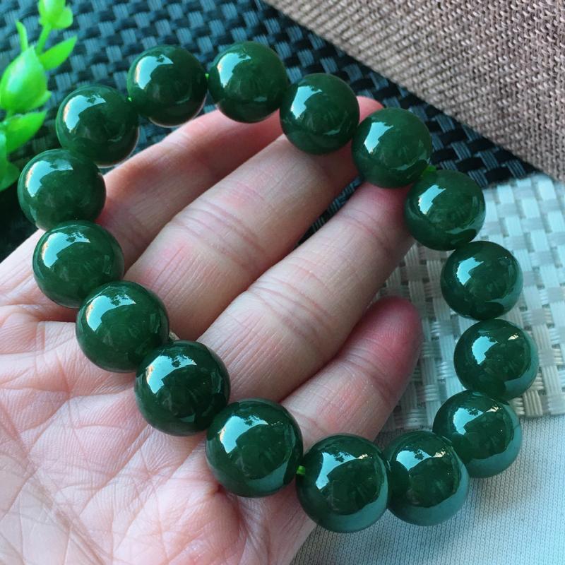 精雕满绿13.8mm圆珠玉链 种老水足 玉质细腻 珠子饱满有质感!色泽均匀!上手高档大气!尺寸:13.8mm共16颗