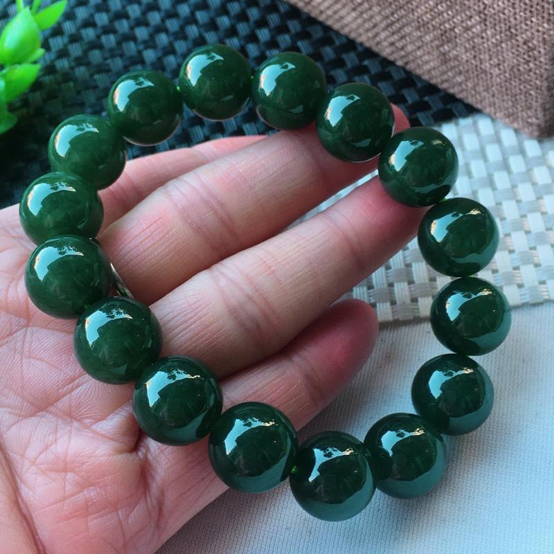 精雕满绿13.8mm圆珠玉链 种老水足 玉质细腻 珠子饱满有质感!色泽均匀!上手高档大气!尺寸:13