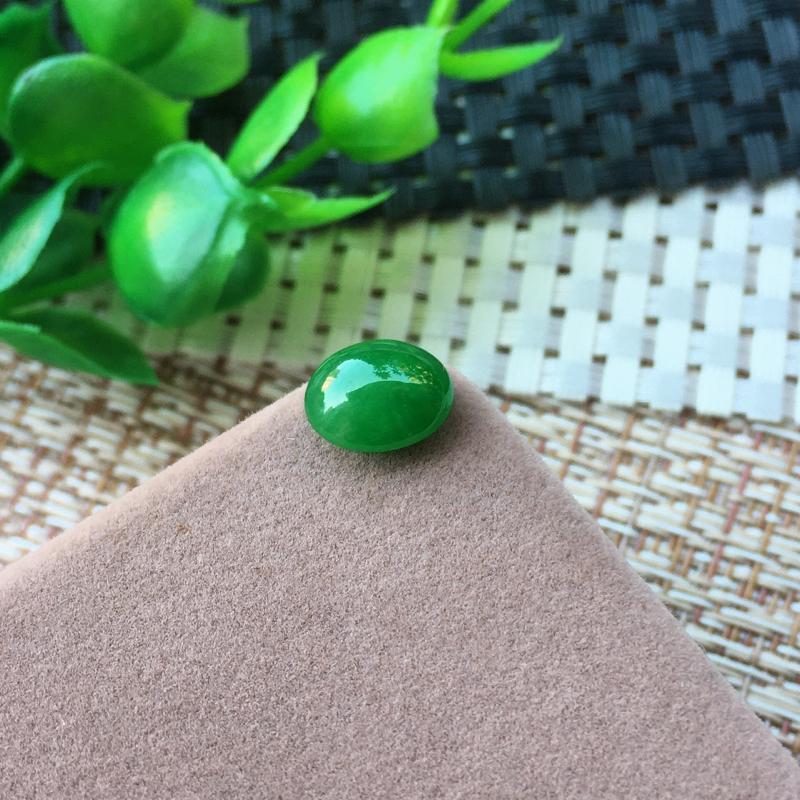 精致满绿戒面  种老水足 形态饱满 色泽鲜艳 镶嵌后效果上佳!尺寸:9.3*8*4.3mm