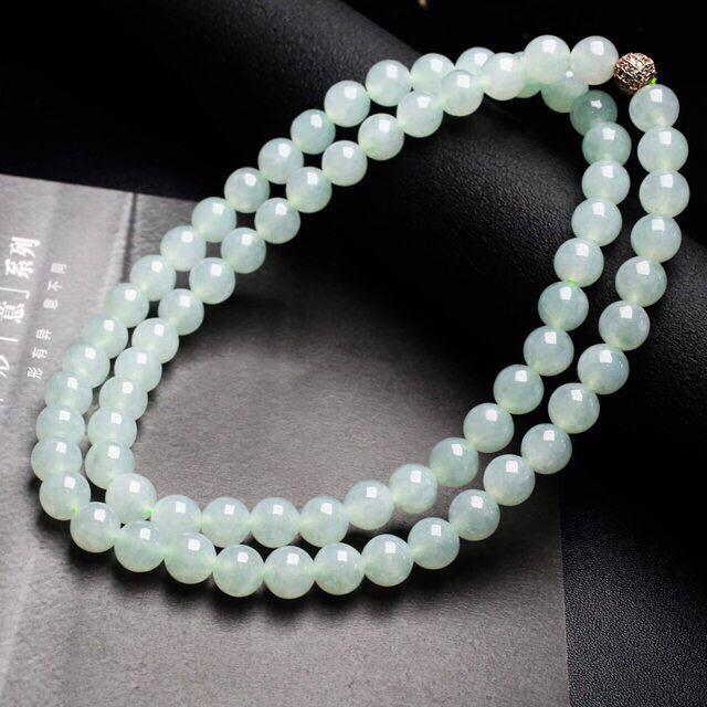 天然翡翠珠链,共72颗珠子,取其中一颗珠尺寸大约9.6mm,珠子清秀高雅,实物漂亮,莹润光泽,配珠为饰品珠,佩戴效果显高贵漂亮。