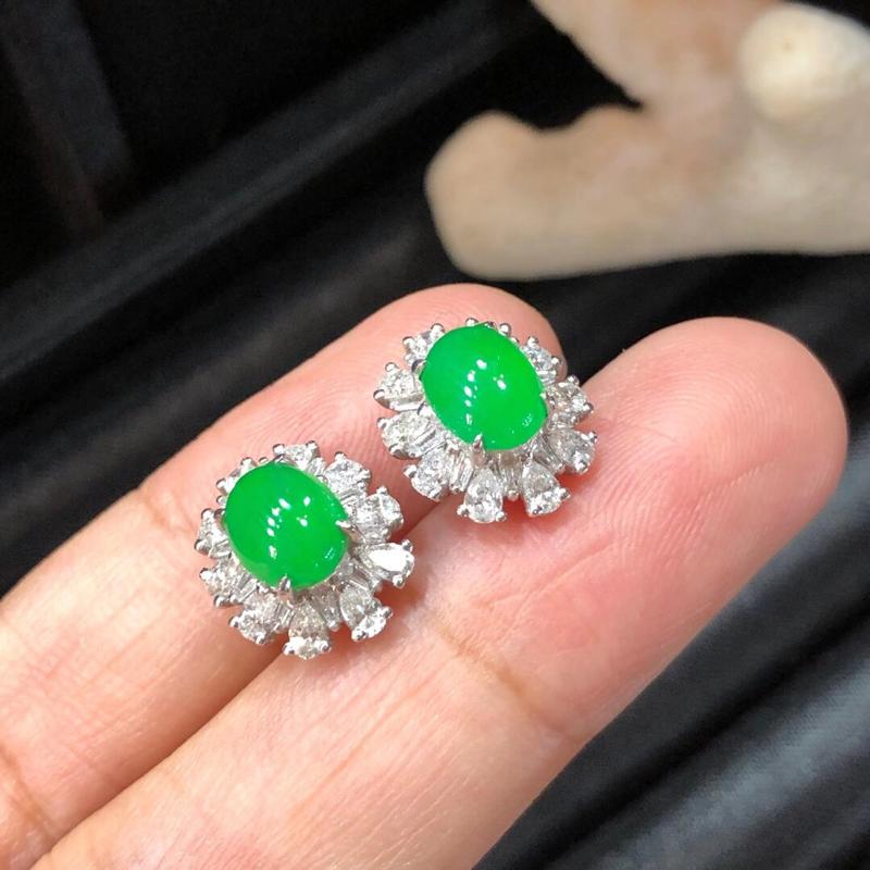 冰种满色耳钉(自然光拍摄),冰润细腻,颜色鲜艳。18k金钻镶嵌,款式灵巧,佩戴效果好。整体尺寸:12