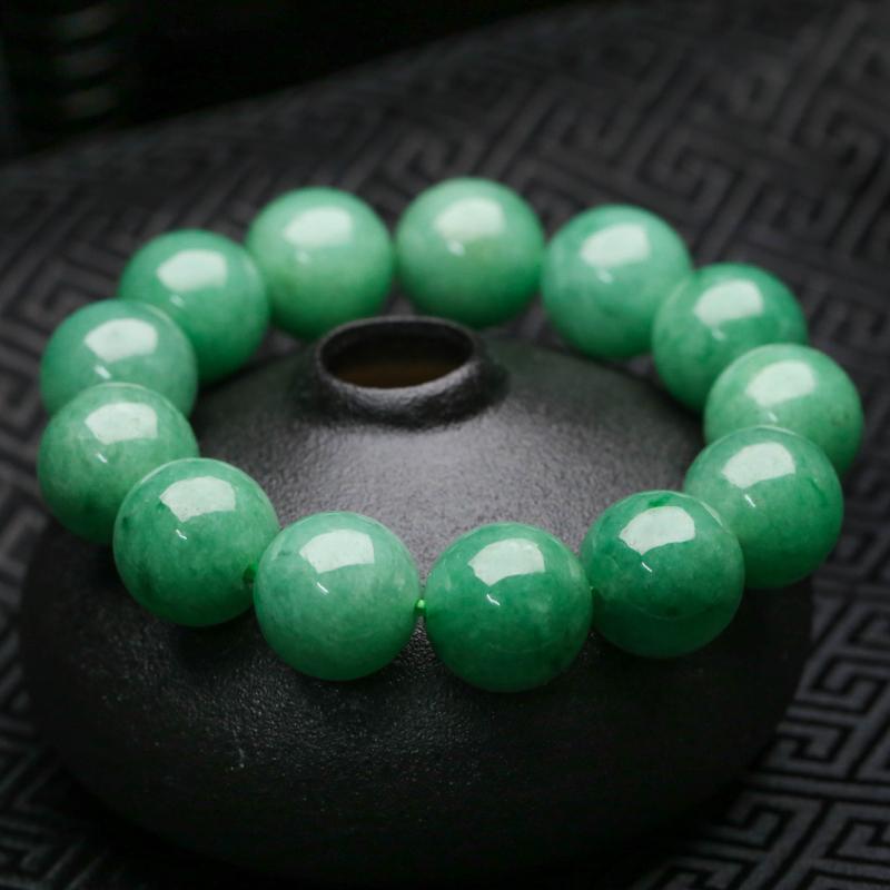 推荐款翡翠圆珠手串,共13颗,取其中一颗珠尺寸大约16.4mm,珠子圆润饱满,实物漂亮,上手佩