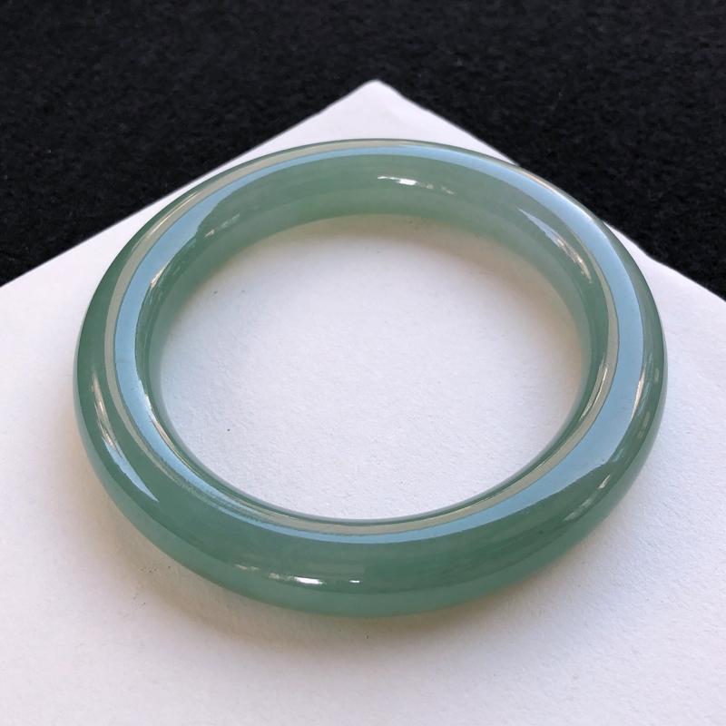 油润圆条手镯,质地细腻,种好水润,清秀高雅,佩戴效果优雅迷人,尺寸圈口:   54.3/11/10.