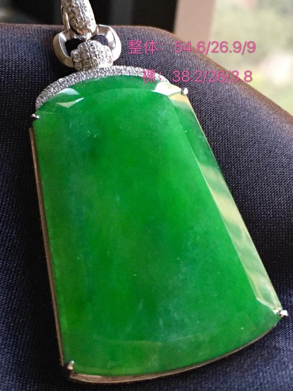 自然光实拍,满绿平安无事牌,色泽艳丽,细腻,精美。裸石尺寸:38.2*26*3.8