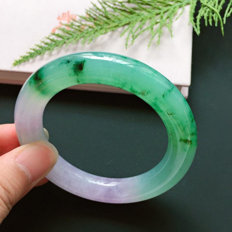 圆条56mm,冰糯种双彩手镯,市场少见的,半截绿半截紫,冰润饱满,鲜艳夺目,贵气奢华