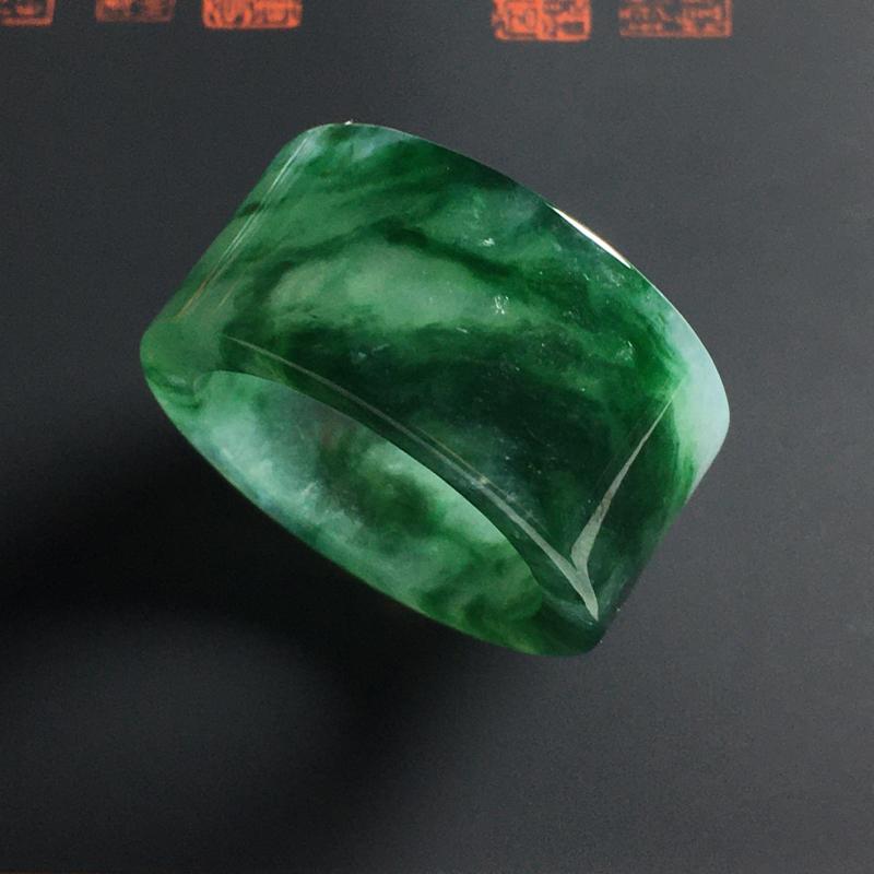 冰糯种飘绿花扳指 尺寸30-14-4毫米 内直径22毫米 种好冰透 色彩艳丽 细腻清爽