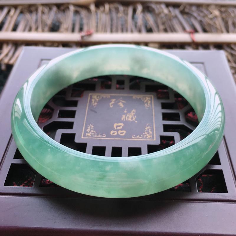 底绿手镯,缅甸玉手镯57.6圈口,天然A货底色正圈翡翠手镯、玉质细腻温润,种水好,品相靓丽