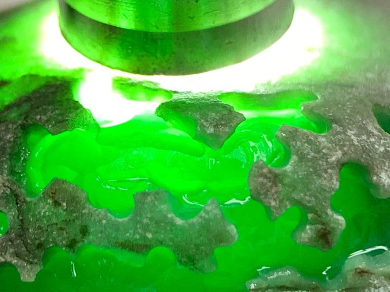 后江开窗色料 整体形状饱满厚装圆润 全身皮壳细腻紧致油性出色  开窗位种老肉细 绿色浓阳正绿 压